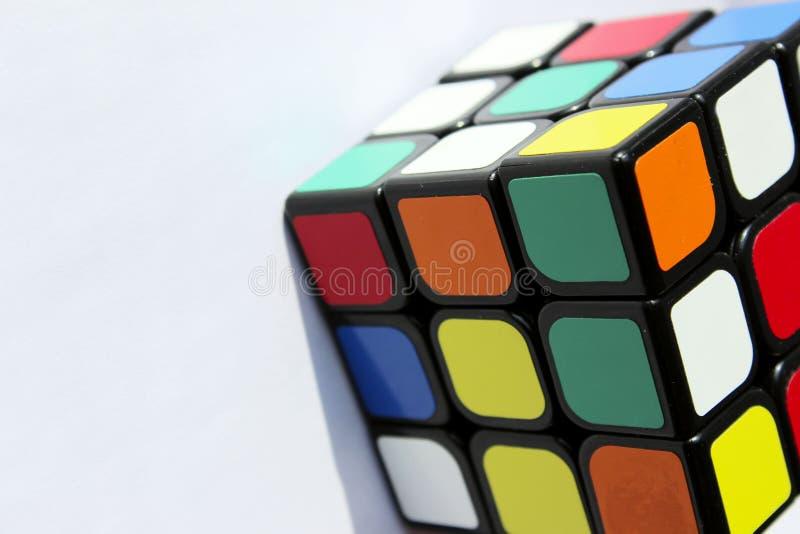 redactie DE OEKRA?NE, KHARKOV, 5 MEI, 2019 Bebouwd Schot van de Kubus van een Rubik over Lichtblauwe Achtergrond royalty-vrije stock afbeeldingen