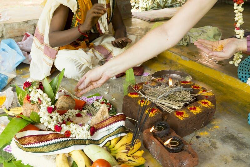 Redactie documentair beeld Puja Thila Homa in India stock fotografie