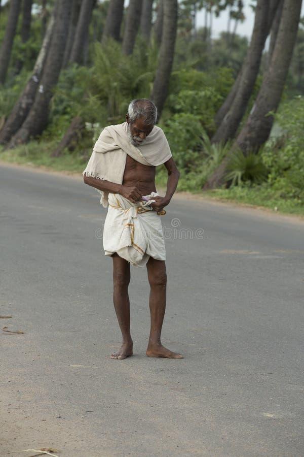 Redactie illustratief beeld Portret van de glimlachende droevige hogere Indische mens stock foto