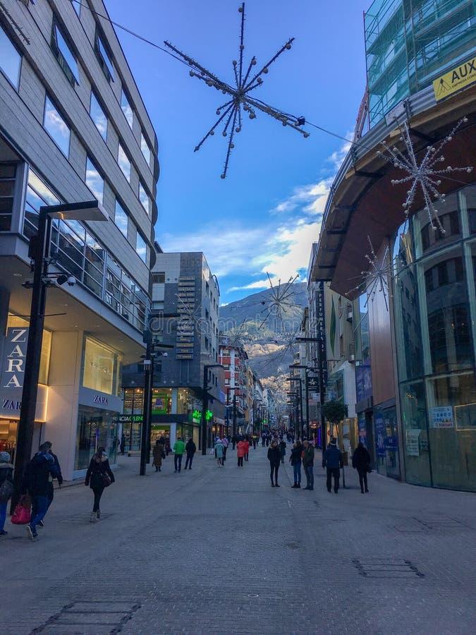 redactie La Vella, Andorra van Andorra, 20 die Januari 2018, Mensen in een comercial straat in Andorra winkelen stock fotografie