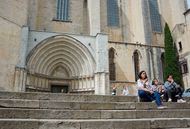 redactie Mei, 2018 Girona, Spanje De toeristen rusten en stellen voor royalty-vrije stock foto's