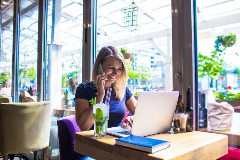 Redactor de anuncios femenino alegre que llama vía el teléfono móvil fotografía de archivo