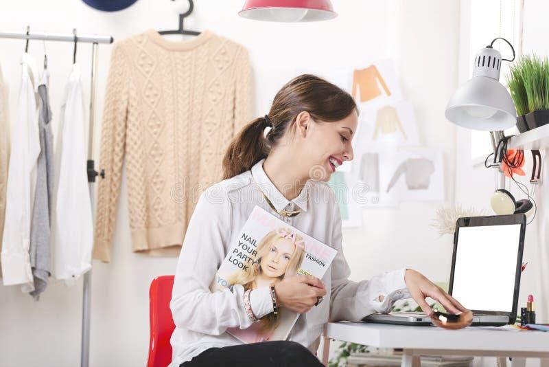 Redactor de revista de moda en su oficina. imagen de archivo