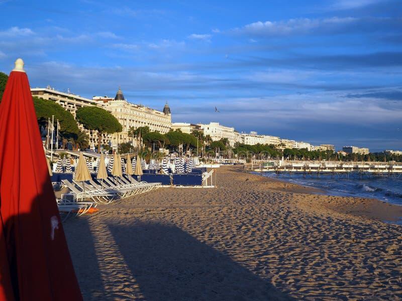 Redakcyjna Francuskiego Riviera plaża otaczał hotele Cannes Francja obrazy stock