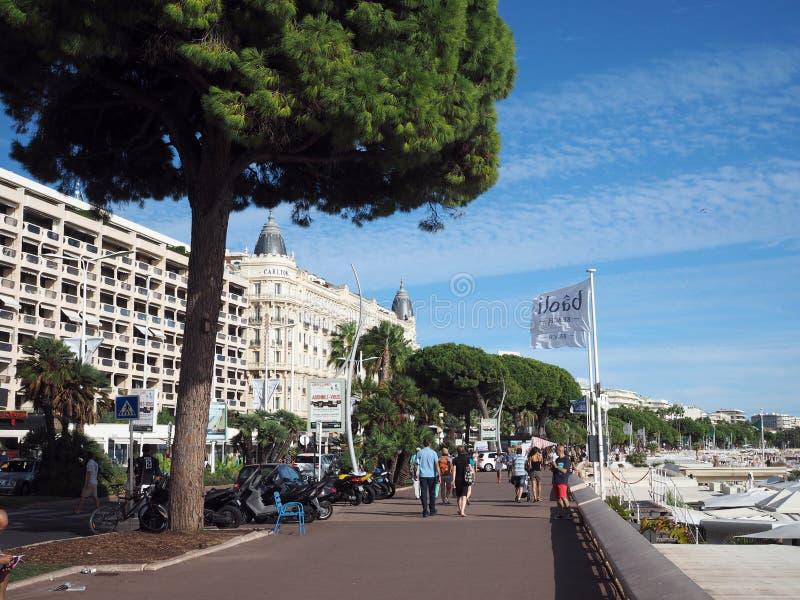 Redakcyjni Cannes turyści na Deptaku De Los angeles Croisette fotografia royalty free