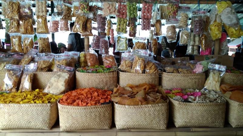 Redaktörs- bruk endast, räkasmällare shoppar, Bandung västra Java Indonesia 27th oktober 2018, inget sedda orientaliska räkasmäll fotografering för bildbyråer