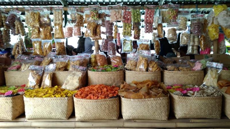 Redaktörs- bruk endast, räkasmällare shoppar, Bandung västra Java Indonesia 27th oktober 2018, inget sedda orientaliska räkasmäll royaltyfria bilder