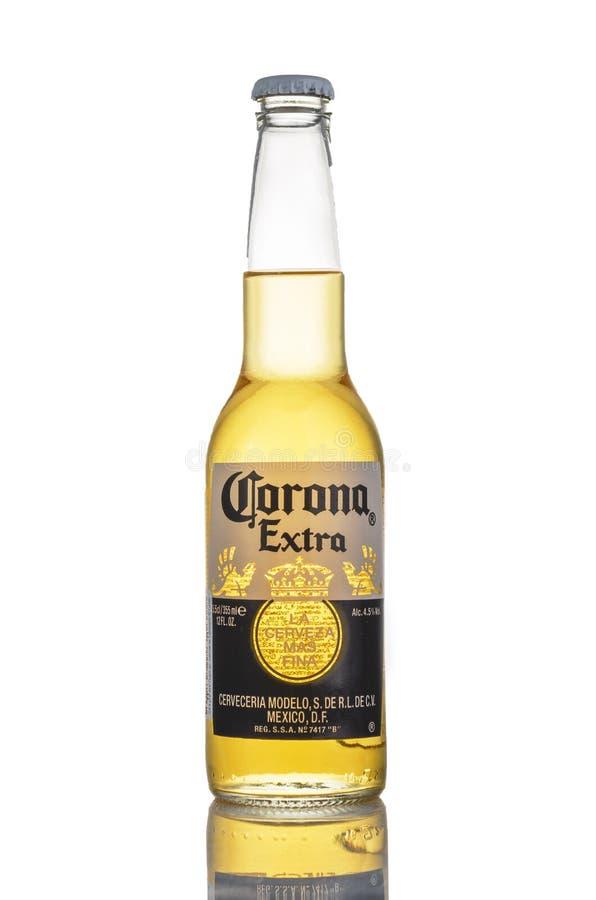 Redaktörs- foto av Corona Extra öl som isoleras på vit arkivbilder
