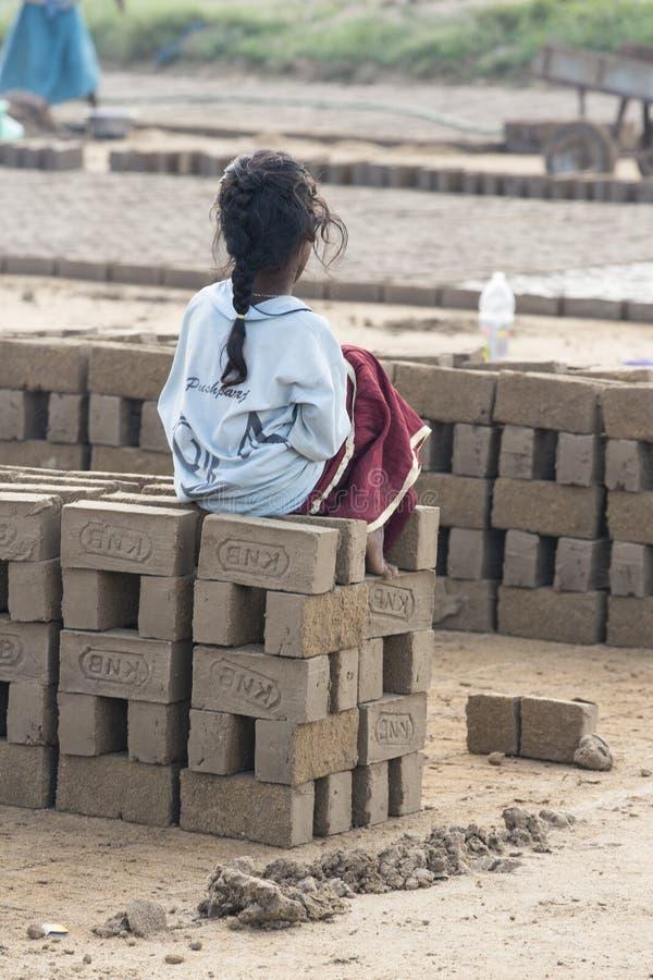 Redaktörs- illustrativ bild childs i gatan, Indien arkivbild