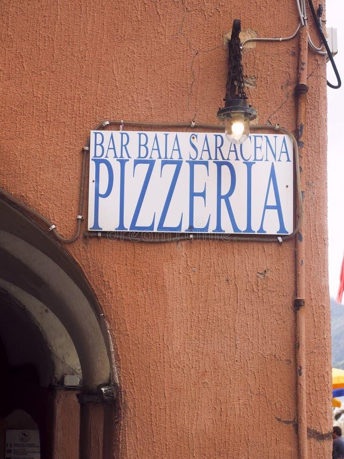 Redaktörs- pizzeriarestaurangtecken på gammal byggnad i Vernazza Cinque Terre Italy royaltyfria foton