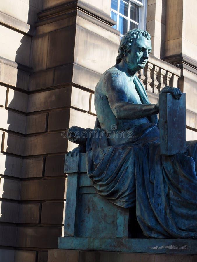 Redaktörs- statyDavid Hume filosof på kunglig milEdinburg, royaltyfria foton