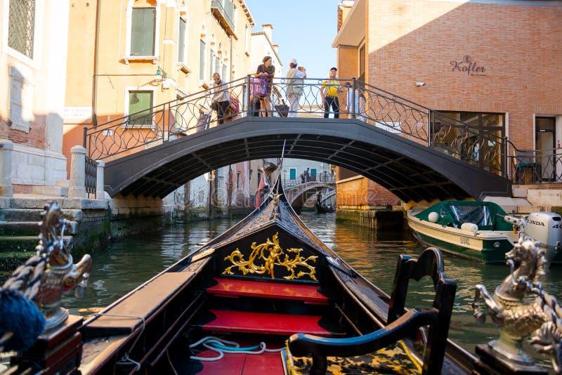 Redaktion Juni 2019 Venedig, Italien Aussicht auf den Kanal von einer Gondel in Venedig, Italien lizenzfreies stockfoto
