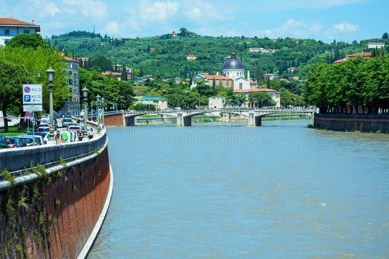 Redaktion Mai 2019 Verona, Italien Aussicht auf die Garibaldi Brücke Ponte Garibaldi und San Giorgio in Braida lizenzfreie stockfotos