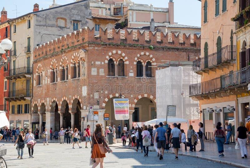 Redaktion Mai 2019 Verona, Italien Das Kaufhaus Domus Mercatorum ist ein wunderschönes Gebäude auf der Piazza delle Erbe lizenzfreie stockbilder
