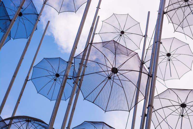 redaktionell April 2019 Saloniki, Griechenland Die Installation von Regenschirmen in Saloniki ist ein Symbol der Stadt stockbild