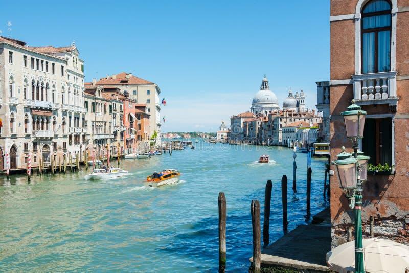 redaktionell Juni 2019 Venedig, Italien Eine sonnige Ansicht von Grand Canal, nahe dem Venedig Santa Lucia Railway Station lizenzfreie stockfotografie
