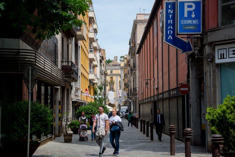 redaktionell Mai 2018 Leute, die in Straße in Girona gehen lizenzfreies stockbild