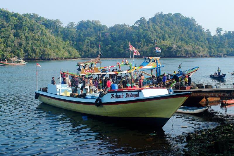 Redaktionelle Fischer senkt Fischfänge lizenzfreies stockbild