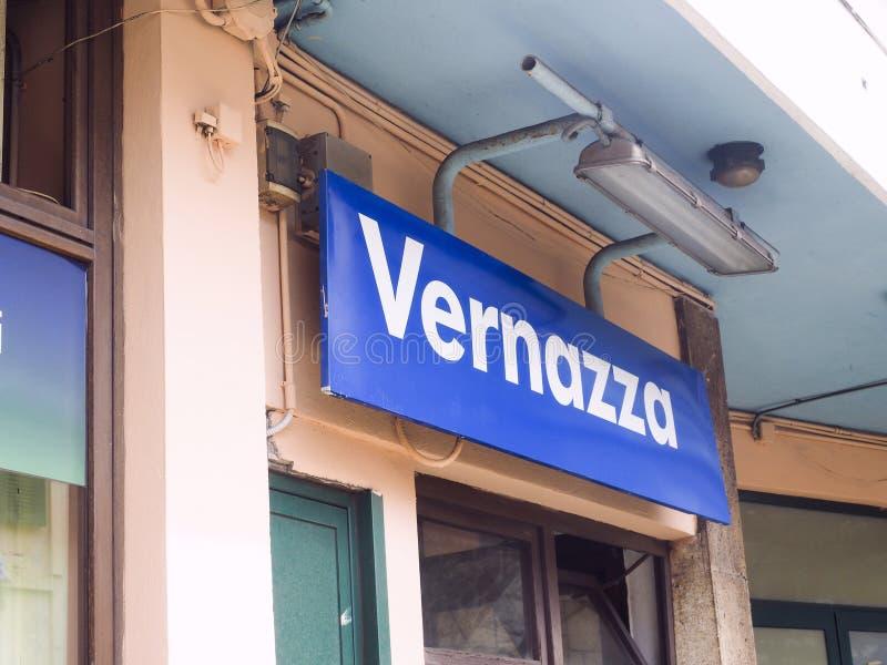 Redaktionelles Bahnhofszeichen Vernazza Cinque Terre Italy stockbild