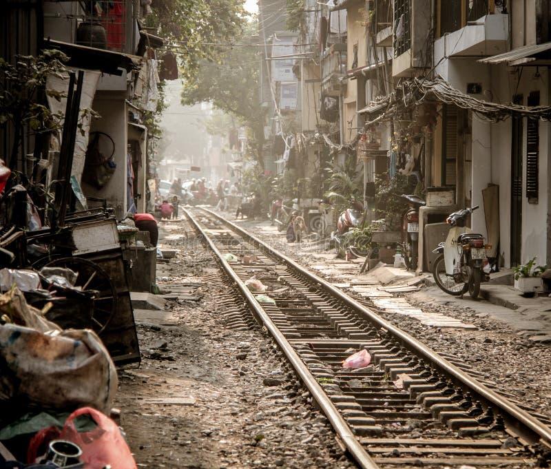 Redaktionelles Bild der Schienenabflussrinne die Stadt von Hanoi, Vietnam - Januar 2014 stockbild