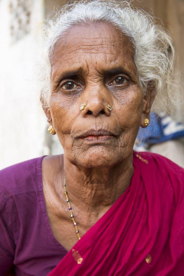 Redaktionelles illustratives Bild Porträt der lächelnden traurigen älteren indischen Frau stockfotos