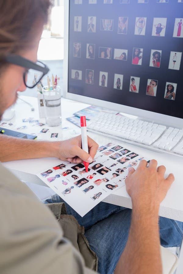 Redattore di foto che fa alcuni tagli sullo strato del contatto immagini stock libere da diritti