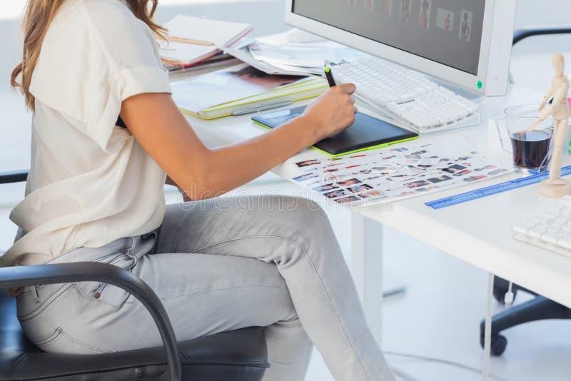 Redattore di foto che indica facendo uso della tavola dei grafici fotografia stock libera da diritti