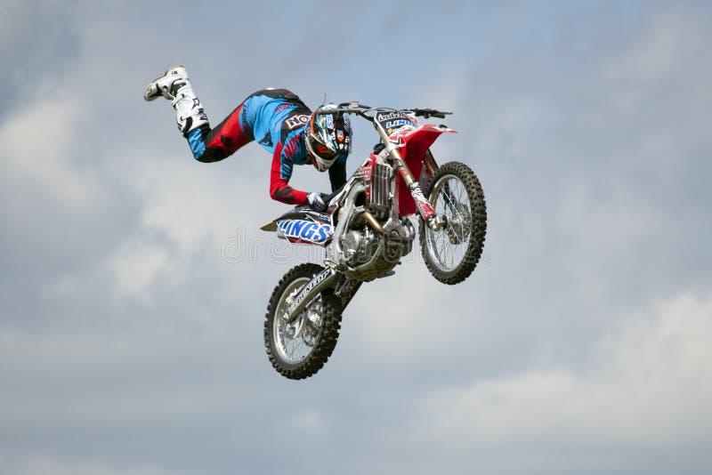 REDBOURN, UK - Maj 25: Unamed wyczynu kaskaderskiego jeździec od Bolddog 'L zdjęcie stock