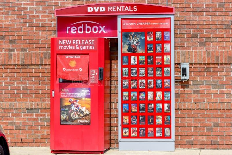 Redbox-Kiosk, der neben Gebäude steht stockbild