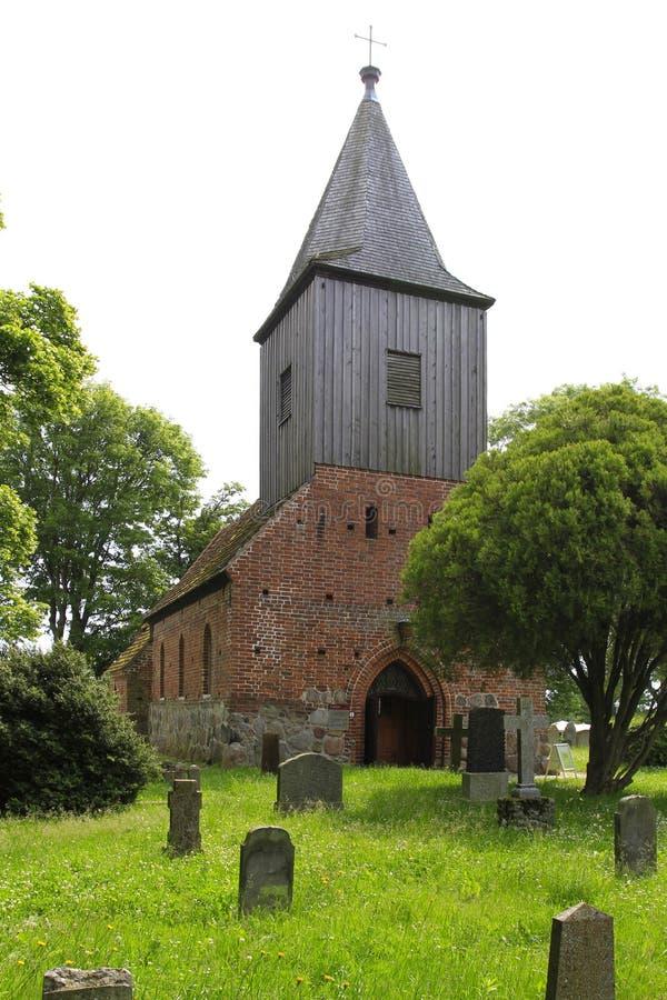 Redbrick kościół w Ordynarnym Zicker, Ruegen wyspa fotografia stock
