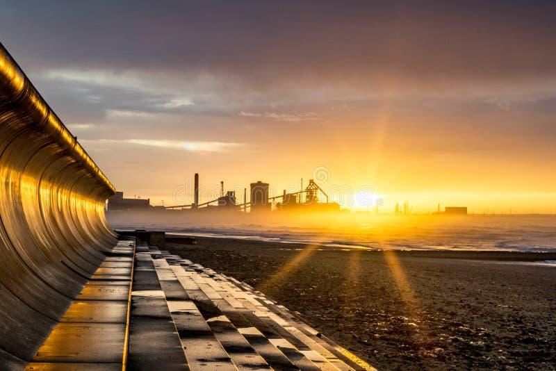 Redcar日落和海洋防御 库存图片