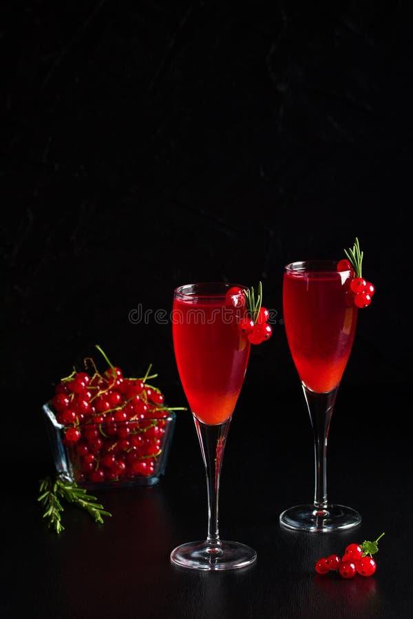 Redcurrant δύο γυαλιών το κρασί πίνει το χυμό που διακοσμείται με το δεντρολίβανο στοκ φωτογραφίες με δικαίωμα ελεύθερης χρήσης
