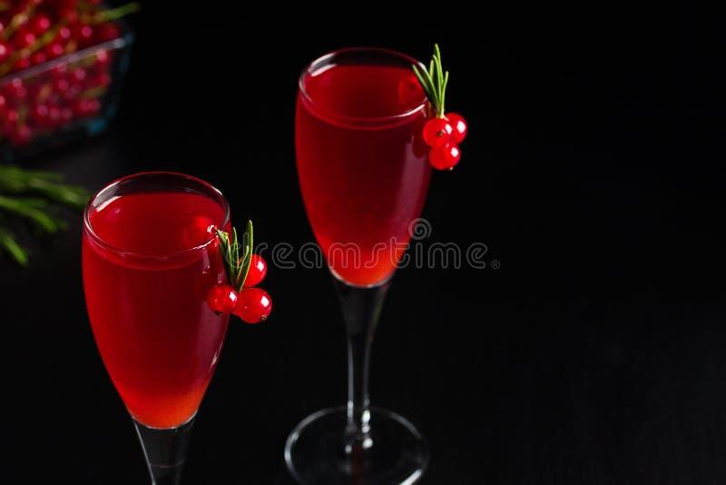 Redcurrant δύο γυαλιών το κρασί πίνει το χυμό που διακοσμείται με το δεντρολίβανο στοκ εικόνες