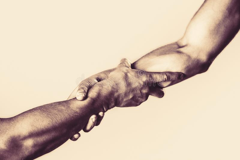Redding, die gebaar of handen helpen Het helpen van handconcept, steun Het helpen van hand uitgestrekt, ge?soleerd wapen, redding stock foto's
