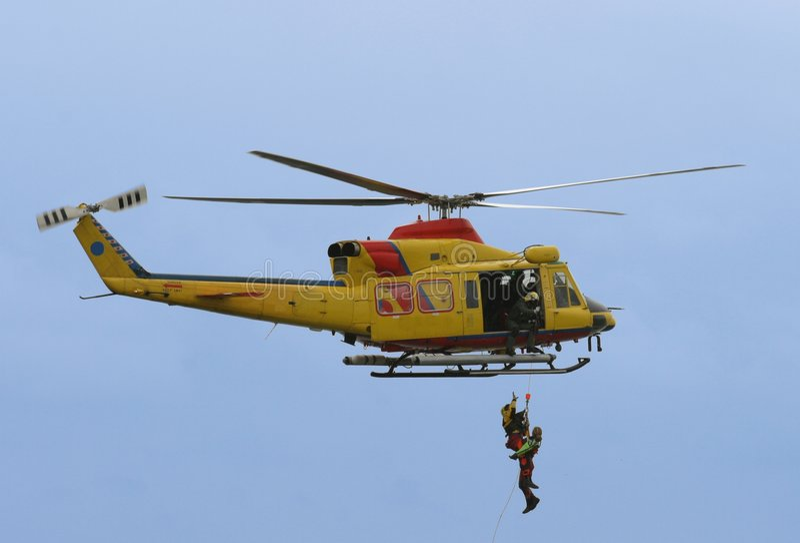 Redding door helikopter stock afbeeldingen