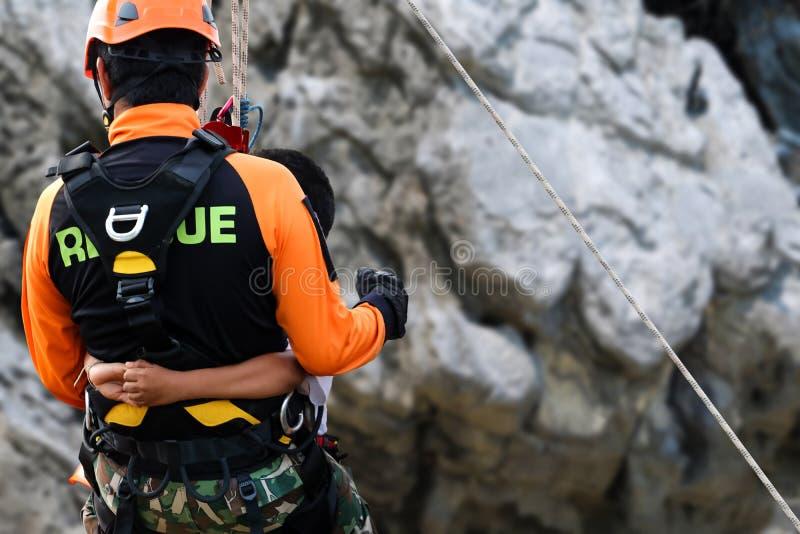 Redding opleiding bergbeklimming en het abseiling om slachtoffers te helpen royalty-vrije stock fotografie