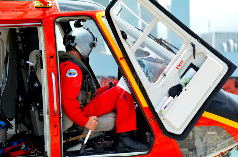 Reddings de Helikopter proef zit in de cockpit stock fotografie