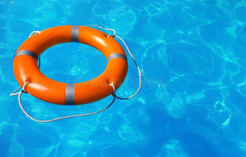 Reddingsboei die in zwembad drijven royalty-vrije stock afbeeldingen