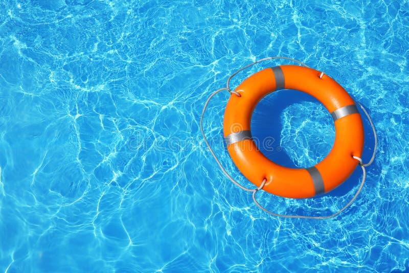 Reddingsboei die in zwembad op zonnige dag drijven royalty-vrije stock foto