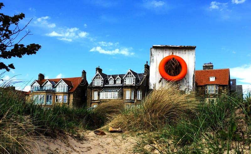 Reddingsboei door de kust royalty-vrije stock afbeelding