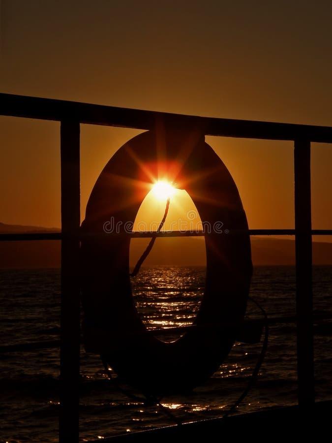Reddingsboei en zonsondergang royalty-vrije stock afbeeldingen
