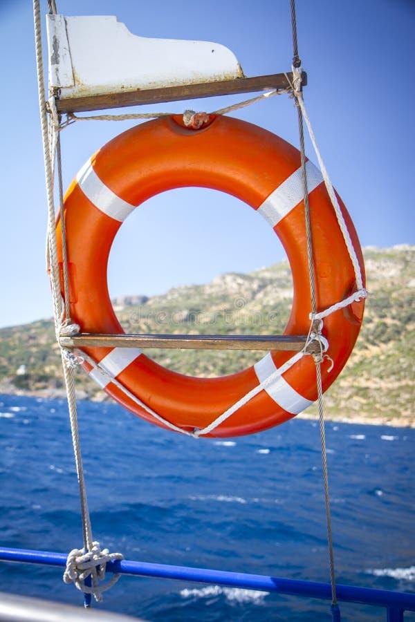 Reddingsboei het hangen op boot op zee stock foto