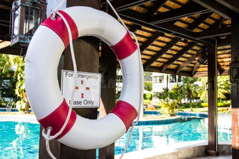 Reddingsboei het hangen op pool royalty-vrije stock foto's