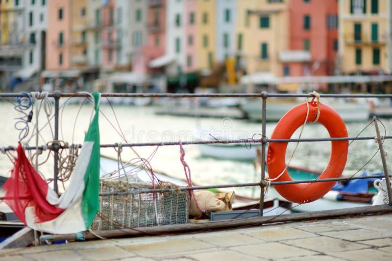 Reddingsboei in jachthaven van Porto Venere stad, een deel van Italiaanse Riviera, Itali? stock foto