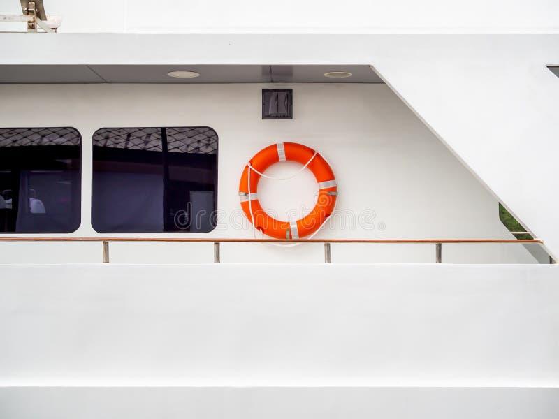 Reddingsboei op de muur op reisboot royalty-vrije stock fotografie