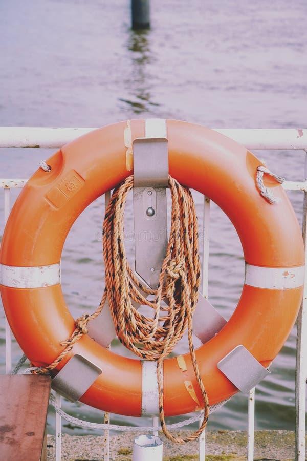 Reddingsboei op de veerbootpijler royalty-vrije stock afbeelding