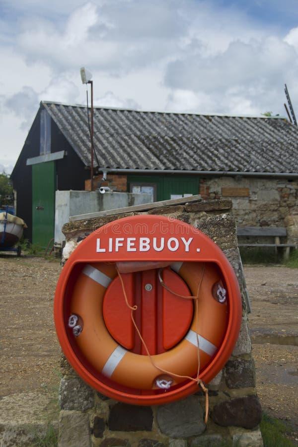 Reddingsboei tegen boatyardachtergrond royalty-vrije stock fotografie