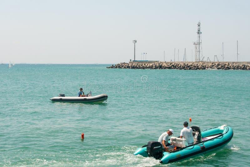 Reddingsboot dichtbij vuurtoren in Pomorie bulgarije stock foto