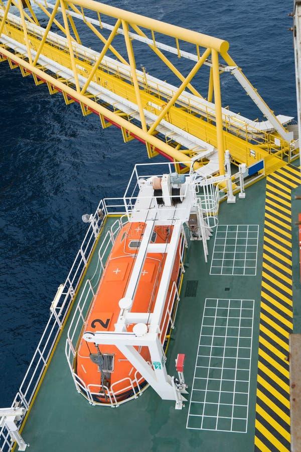 Reddingsboot of reddingsboot op de verzamelplaats bij de brug voor olie- en gasverwerking royalty-vrije stock foto's