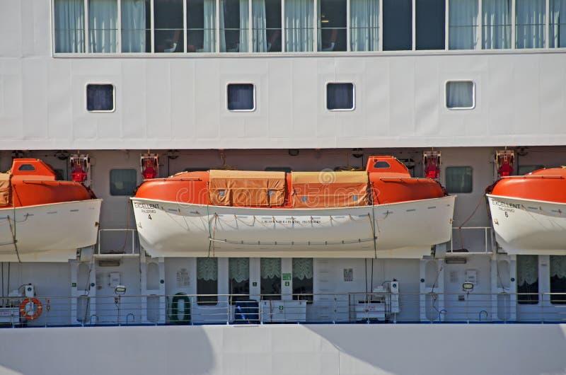 Reddingsboot op een cruiseschip stock fotografie
